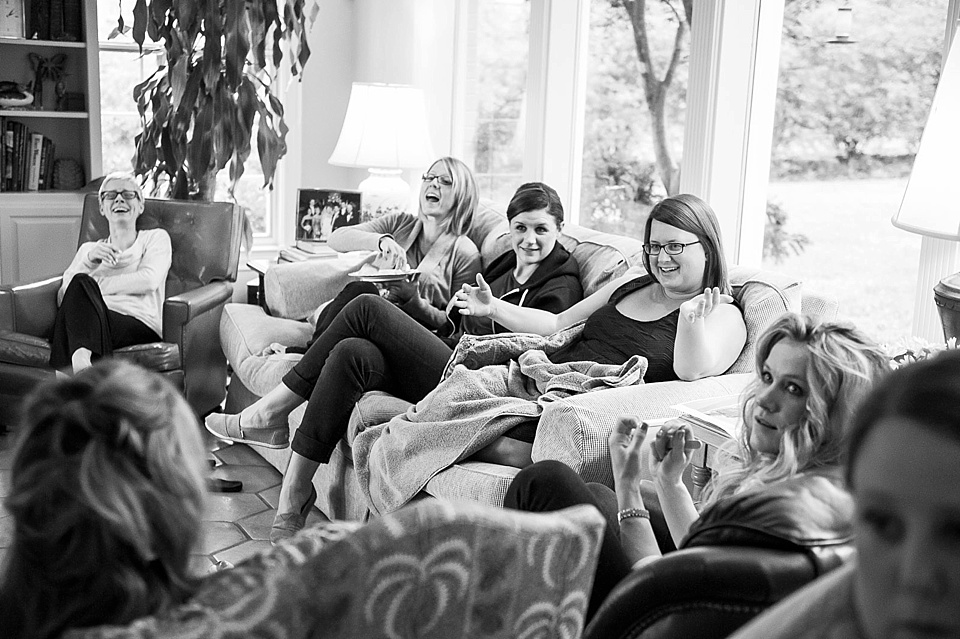 Bride with friends before the wedding © Fiona Kelly Photography