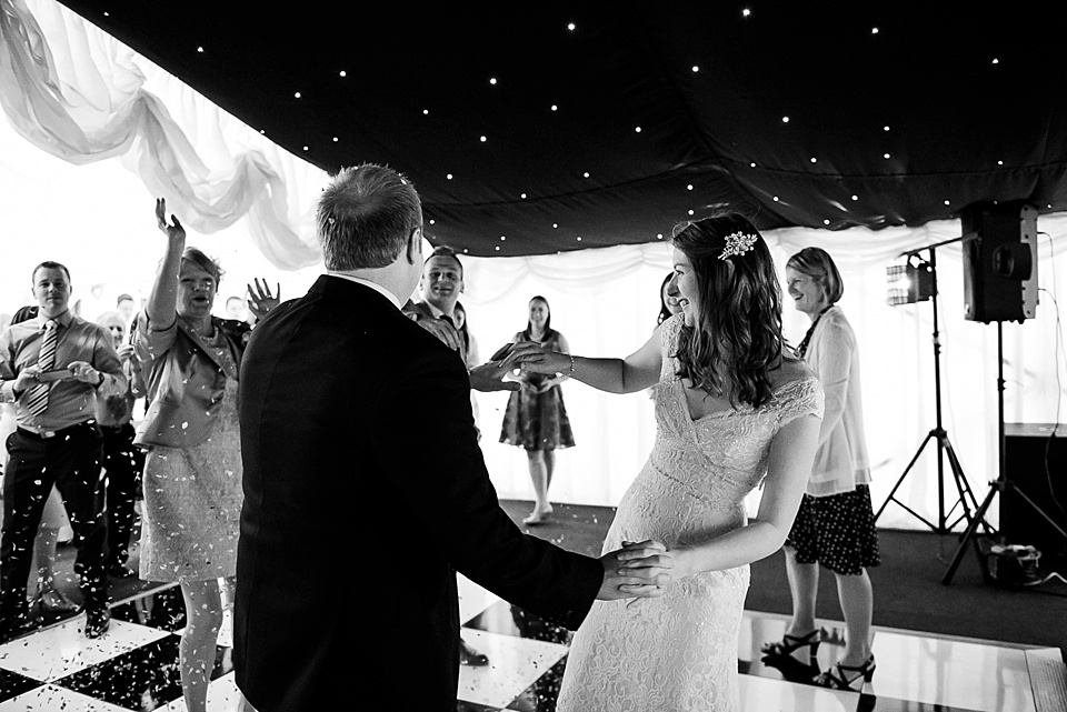 wedding first dance with guests throwing confetti