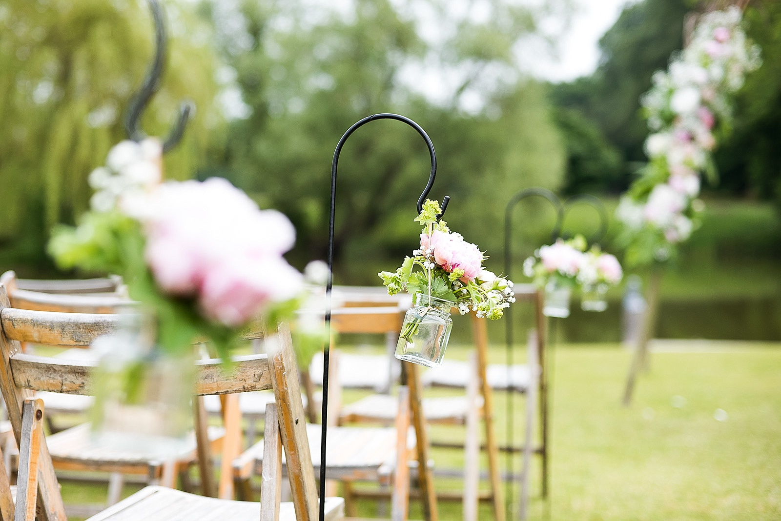 Creative wedding photography rose chair decoration